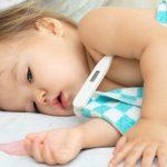 赤ちゃんの熱が38度を超えた…!元気でもすぐ病院?目安や対処法をチェック!